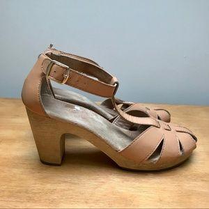 Old Navy tan sandals with wooden platform
